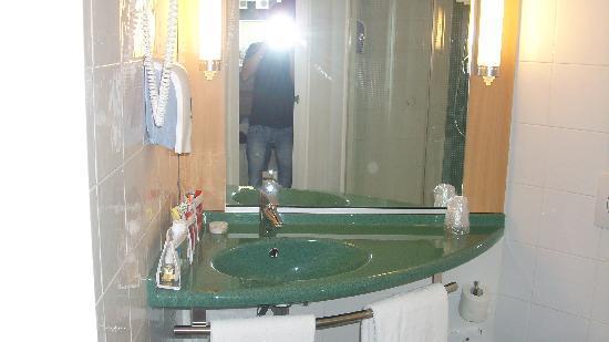 Ibis Madrid C/ Valentin Beato: Una parte del bagno