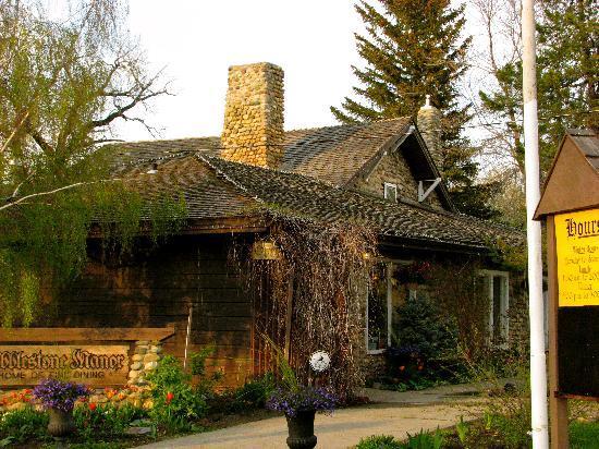 Cobblestone Manor: outside restaurant