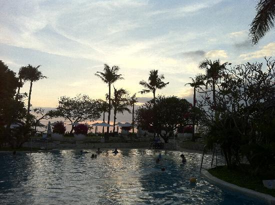 Holiday Inn Resort Baruna Bali : Sunset over the pool
