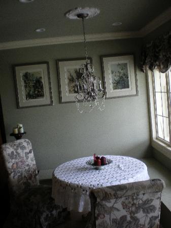 The Vintage Inn: Sittin Area