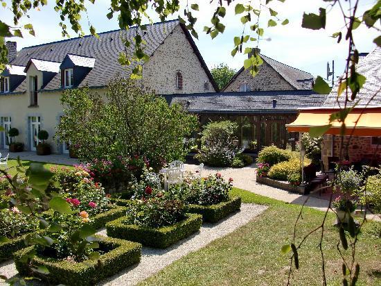 Au Relais Du Gue De Selle: Nice garden and outdoor bar area