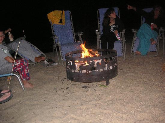 Boulders Motel & Cottages: roasting smores at the bonfire