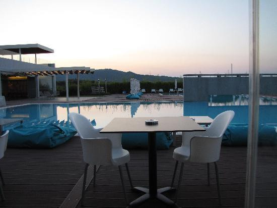 Agia Anna, Yunani: dining pool-side