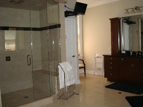 The Mansion at Maple Heights: Executive Suite Bathroom