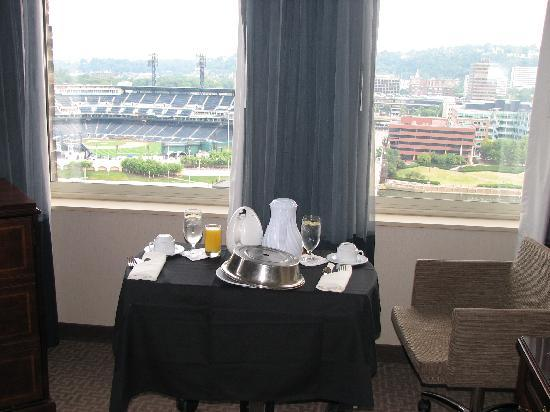 Renaissance Pittsburgh Hotel: Breakfast in room, simply had to enjoy the view!