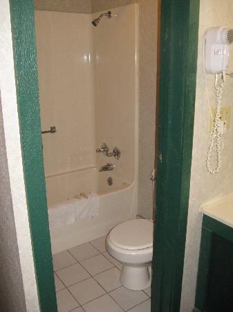 The little bathroom at the Kensington Inn