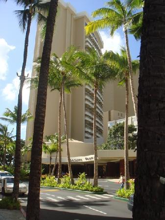 Sheraton Waikiki: Exterior from driveway