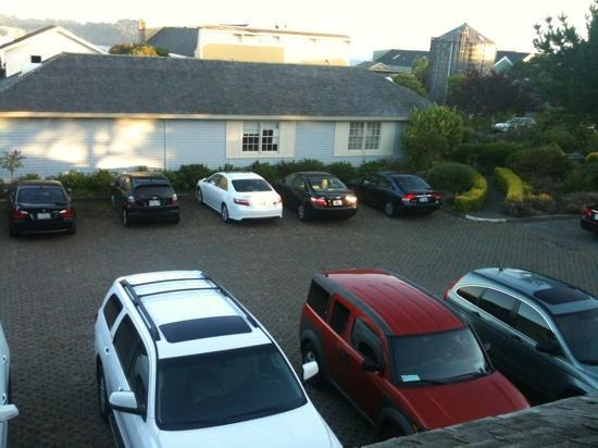 Mendocino Hotel and Garden Suites: Partial ocean view of the parking lot