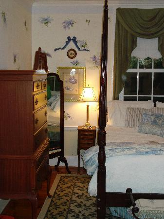 Abbey's High Street Bed and Breakfast: garden view suite