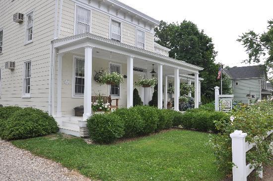 The Morning Glory Bed & Breakfast: The exterior of The Morning GLory B&B in Greenport