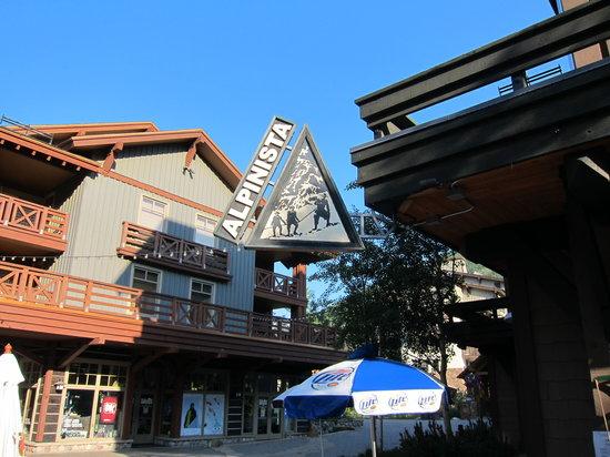 Alpinista Family Bistro : Bistro on the corner with mountain view