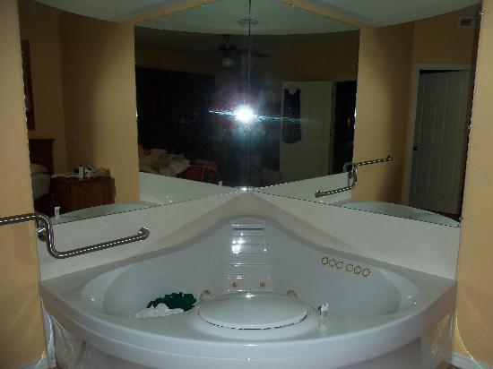 Falls Village Resort : Jaccuzi in bedroom of 1 bedroom apartment