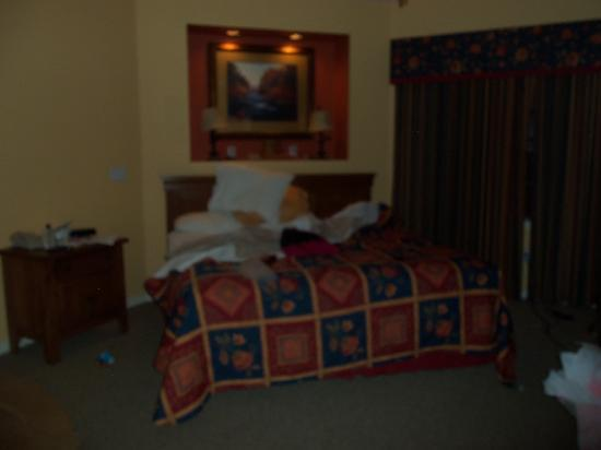 Falls Village Resort : King bed in 1 bedroom apartment