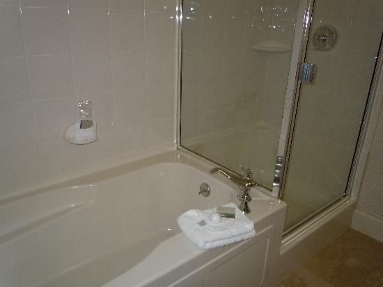 Magnolia Hotel And Spa: The soaking tub!
