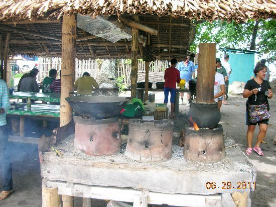 Malatapay Market: cooking with earthenware (notice the bamboo for rice-steaming)