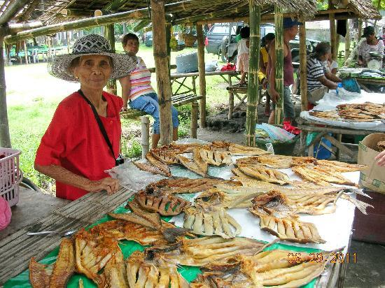 Malatapay Market: old lady selling yummy dried fish