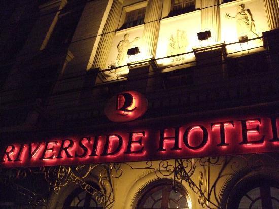 Riverside Hotel Saigon: 夜間のネオンが当時の状況を思い出させる