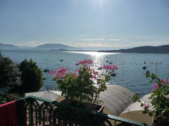 uitzicht vanaf het balkon over het lago maggiore bild von hotel villa paradiso meina. Black Bedroom Furniture Sets. Home Design Ideas