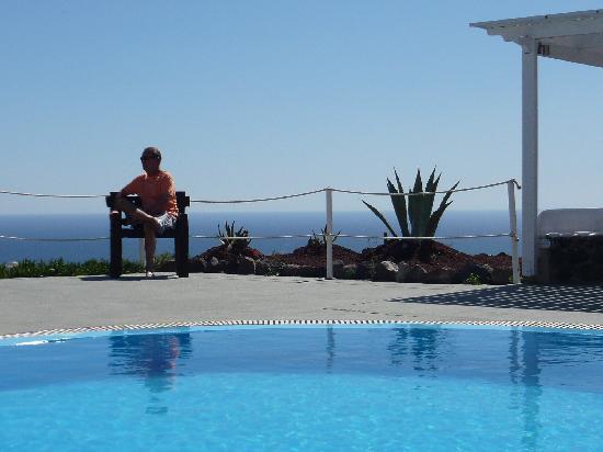 Thea Studios: vue mer depuis la piscine