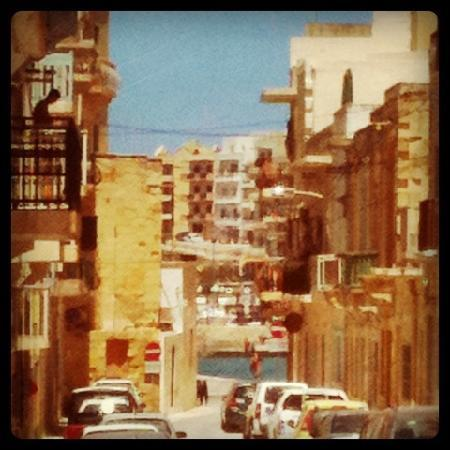 Santa Martha Hostel : Strasse zur Marsalforn Bay