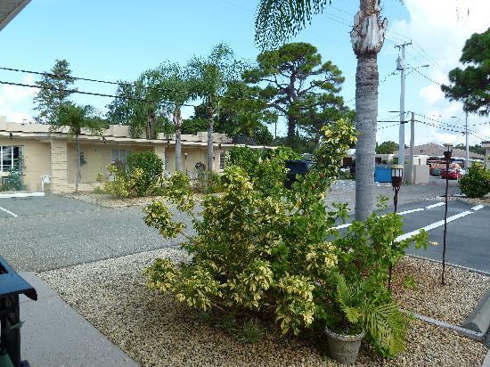 Island Breeze Inn: giardino/parcheggio