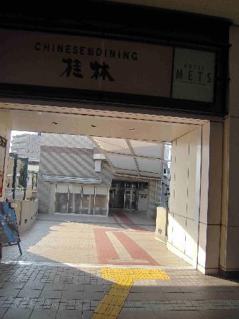 Hotel Mets Mizonokuchi: 改札通路からホテルへの通路