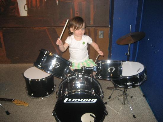 Lake Charles, Louisiane : My 2 year old playing the drums