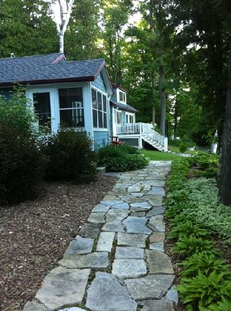 Cliff Dwellers Resort: Walkway to cabin
