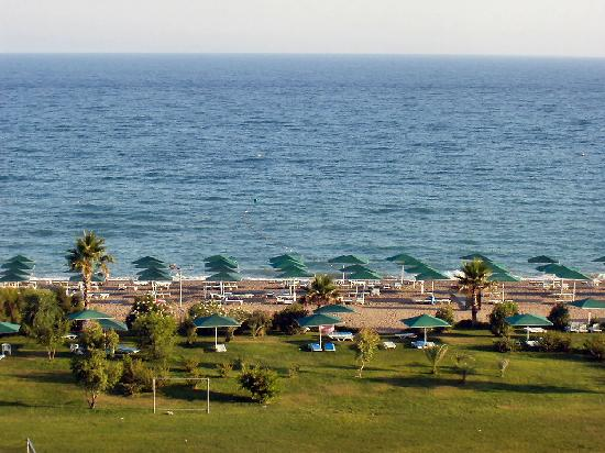 Kaya Belek Hotel: Across the grounds to the sea