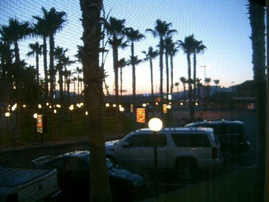 Best Western Pahrump Oasis: dusk, view out of window