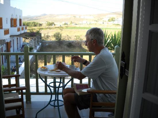 Antíparos, Grecia: Breakfast on the balcony