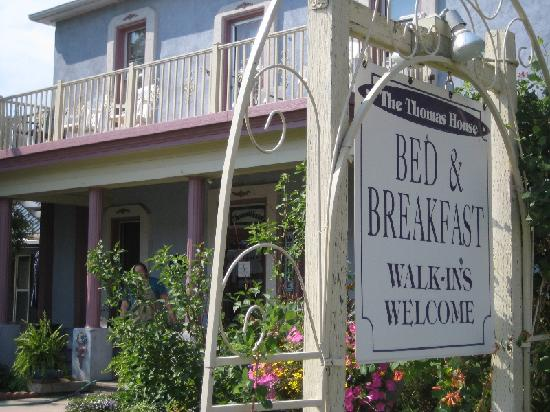 Thomas House Bed and Breakfast: Right on the main street
