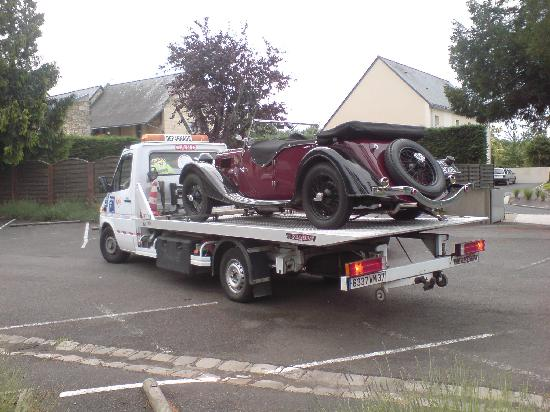 Hotel La Croix Blanche Fontevraud : Riley about to leave hotel car park