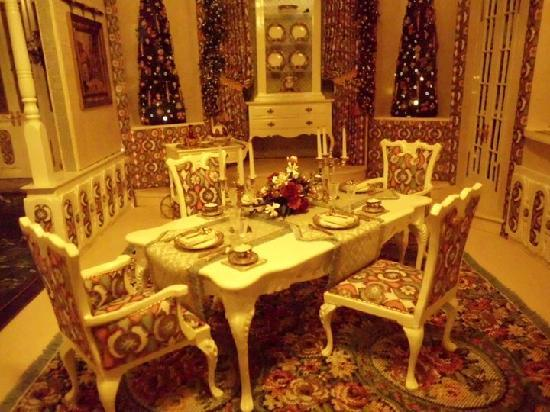 The Mini Time Machine Museum of Miniatures: Grand dining room!