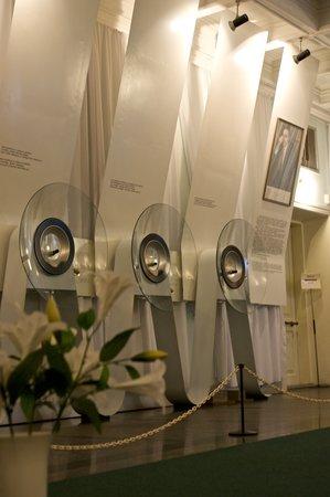Музей микроминиатюр Николая Сядристого: Microminiatures Museum: exhibits under microscopes