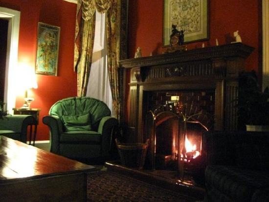 Moorfield House: Lounge at night