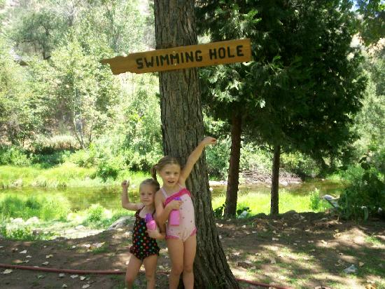 Sequoia RV Ranch: Granddaughters pointing the way to the swimming hole!