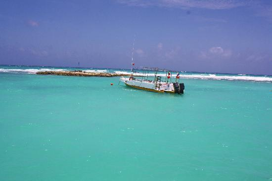Barcelo Maya Colonial: blue water from dock
