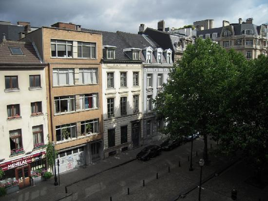 Atlas Hotel Brussels: The view of the square from the window.