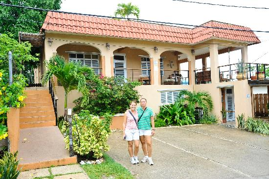 Villa Coral Guesthouse: Front of the Villa Coral with the owners