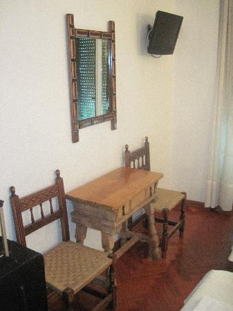Hostal Esmeralda: Desk, two chairs, TV