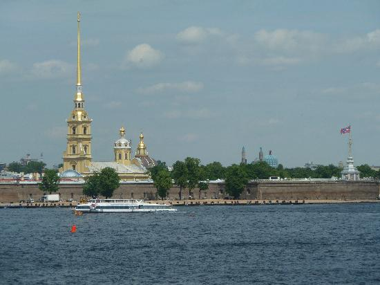 Peter-und-Paul-Festung (Petropawlowskaja Krepost): From across the Neva River