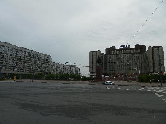 ปาร์คอินน์ พรีบัลติย์สกายา เซนต์ปีเตอร์สเบิร์ก: Soviet Bloc Housing Next to Hotel