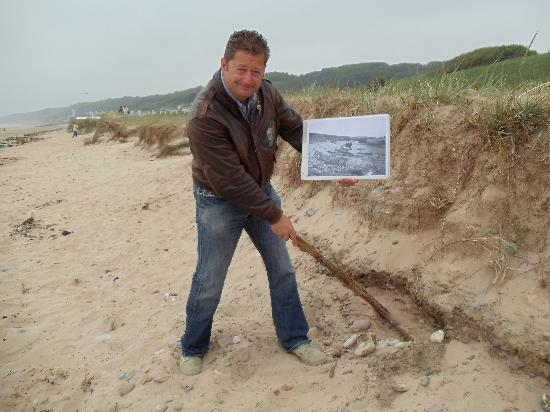 Basse-Normandie, Frankrike: Julian explains the invasion in the sand