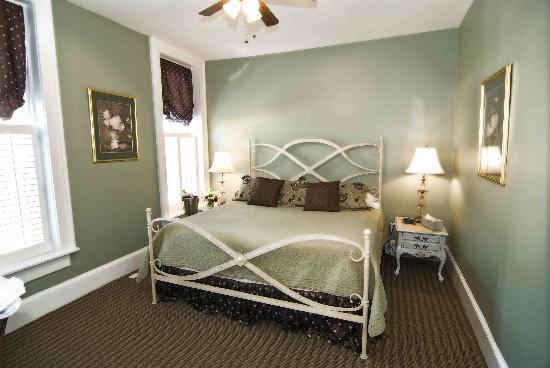 Mclaren suite bedroom king with tempurpedic mattress for Boutique hotel 63