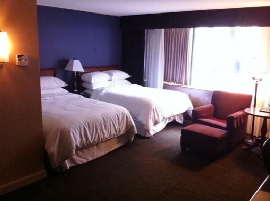 Sheraton Ottawa Hotel: Guest room with two double beds