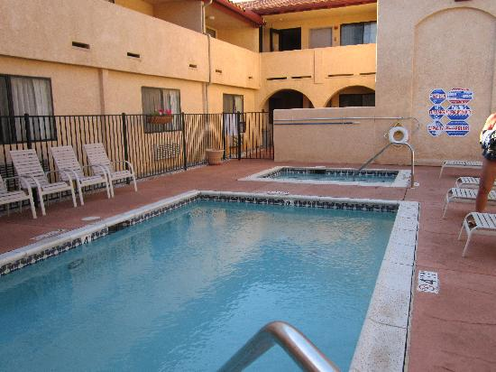 Quality Inn & Suites Oceanside: Pool and hot tub