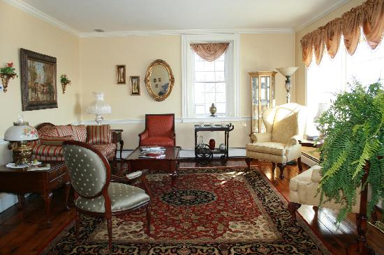 Clearview Farm Bed and Breakfast: Parlor and reading room