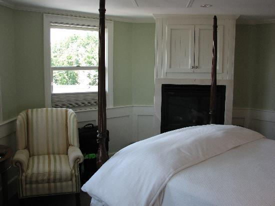 Anchor Inn: Other view of room.