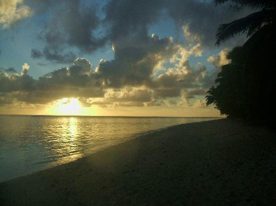 Aroa Kainga: Sunset on Aroa Beach